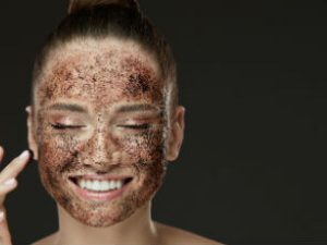 Selección de un exfoliante corporal se puede usar en la cara para comprar por Internet